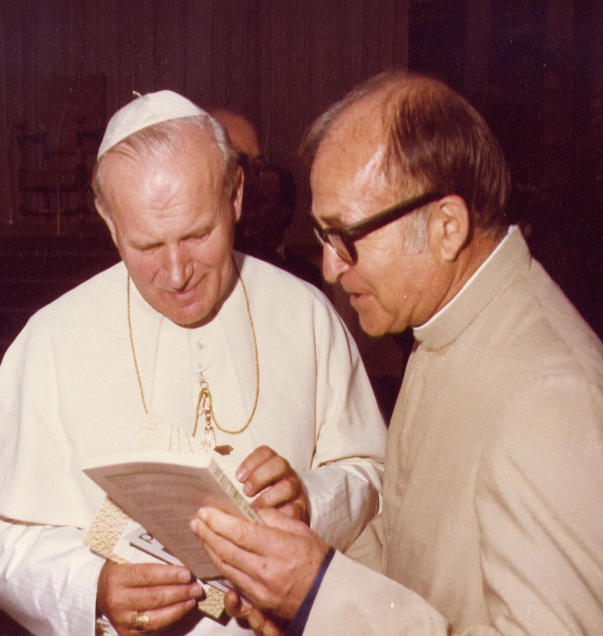 Cha Eusebe-H. Menard,  Đấng Sáng Lập M.S.A. gặp thánh Giáo hoàng Gioan Phaolô II