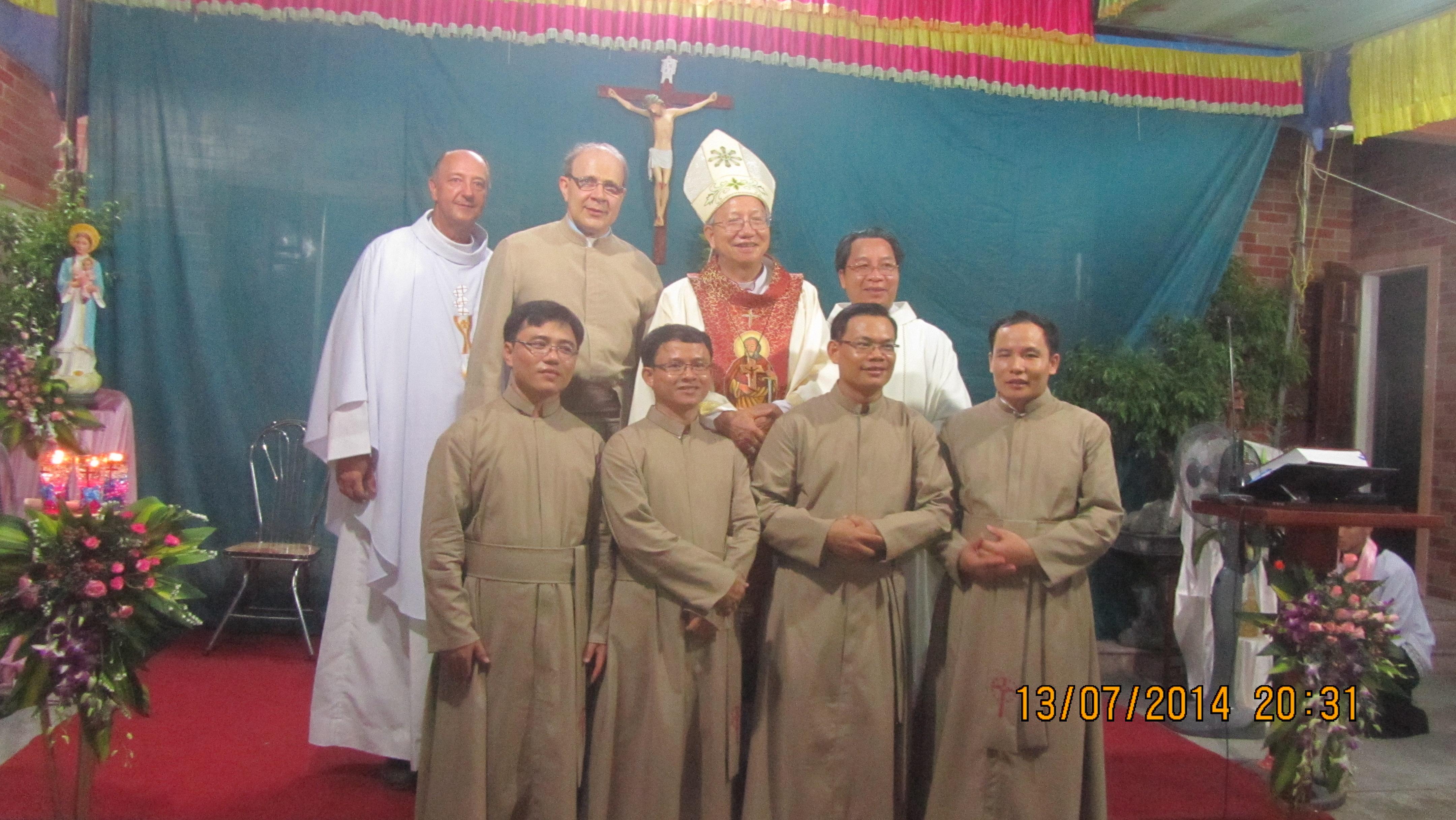 Bốn thầy tuyên khấn lần đầu – Dòng Thừa Sai Các Thánh Tông Đồ